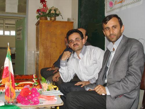 از سمت راست آقای مطلب محبی (مدیر آموزشگاه) و علی اکبر ادهم (آموزگار اول و نویسنده وبلاگ)